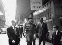 El Che Guevara ante Galerías Preciados (foto de César Lucas, 1959)