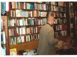 Juan Antonio González Fuentes en la librería Sheskespeare & Company (París)