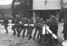 Los alemanes cruzan la frontera polaca (foto de Hans Sönnke, wikipedia)