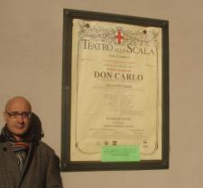 Ante el cartel del Teatro alla Scala