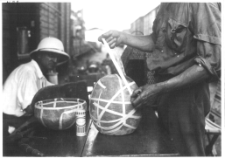 Reparación de objetos para ser enviados a Francia en la estación de Tambacounda. Misión Dakar-Djibouti, 1931. Senegal. Copia sobre papel