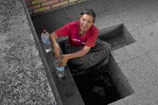 La única fuente de agua potable se halla a las afueras del poblado. El agua corriente, en Mihatovici, no es potable (foto de Marc Javierre)