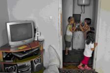 Multitud de niños juegan por doquier. Edin juega a las palmas con una vecina. Su futuro es un interrogante (foto de Marc Javierre)
